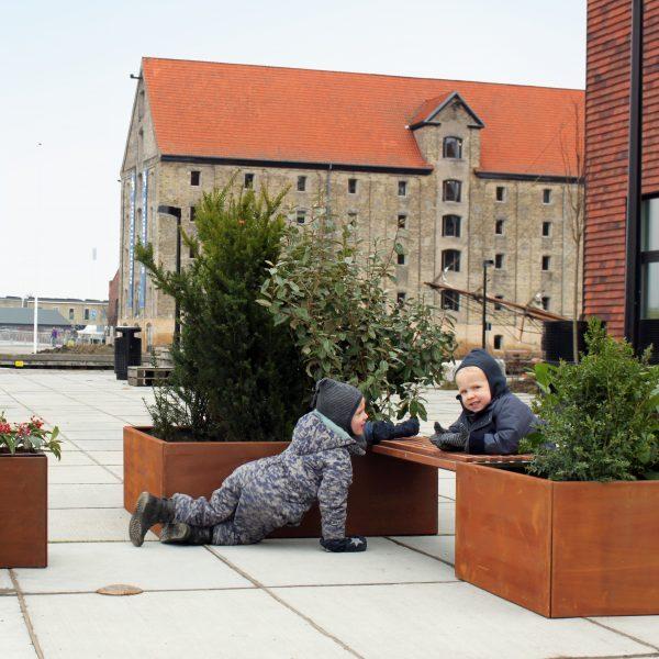 Pflanzkübel mit Bank aus Land Hochbeet